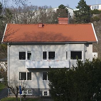 vitt hus med tegeltak