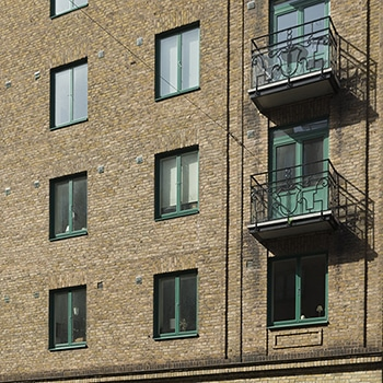 fasad med balkonger
