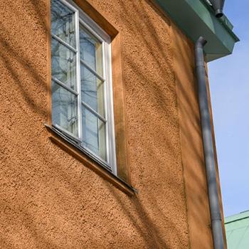 bild på orange fasad med fönster