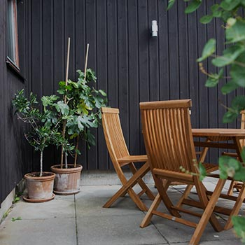trästolar och växter på uteplats