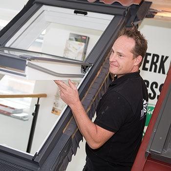 Personal från Hantverkarhuset demonstrerar fönster i utställning
